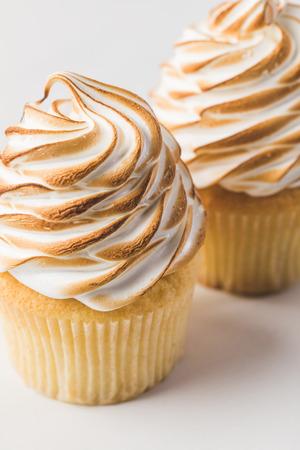 헤이즐넛 흰색 절연 달콤한 컵 케이크의 뷰를 닫습니다