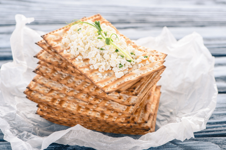 close-up view of crispy crackers with topping of cottage cheese 写真素材