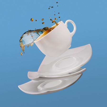 コーヒーのブラックコーヒーと受け皿が青い背景に隔離された落下
