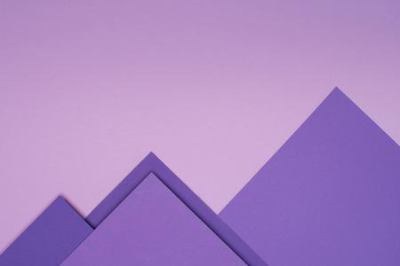 montagnes de papier violet sur fond violet clair