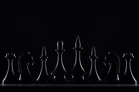 silhouettes de chiffres d'échecs isolés sur fond noir, concept d'entreprise