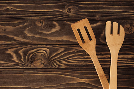 elevated view of two different wooden spatulas on table  스톡 콘텐츠