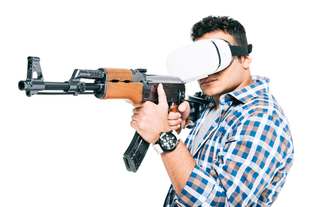 man in virtual reality headset holding rifle isolated on white Stockfoto