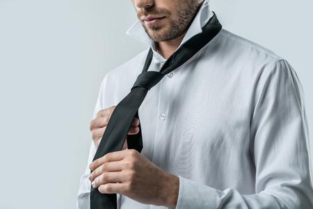 Vista recortada del empresario en camisa blanca con corbata, aislado en gris Foto de archivo