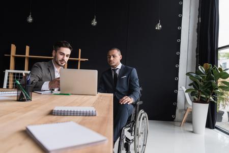 multiethnic businessmen working on laptop at workplace in office Foto de archivo - 102889286