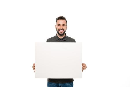 portret van glimlachende man met lege banner in handen geïsoleerd op wit