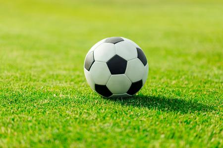 zbliżenie piłki futbolowej skóry na zielonej trawie