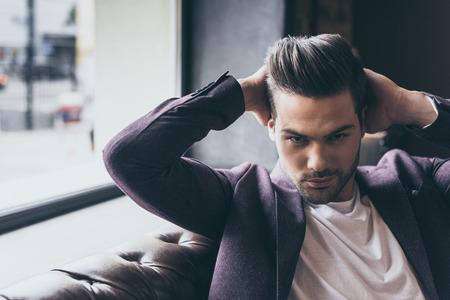 Portrait de bel homme caucasien avec une coiffure à la mode au salon de coiffure