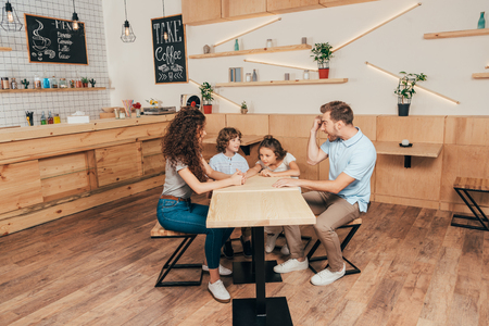 beautiful happy young family in cafe with modern trendy interior Banque d'images
