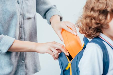 息子のための学校給食を梱包する母親のトリミングショット