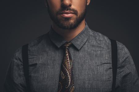 Bijgesneden schot van jonge, bebaarde man met overhemd en stropdas Stockfoto