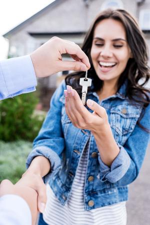 close-up shot van vrouw kopen nieuw huis en handen schudden met makelaar