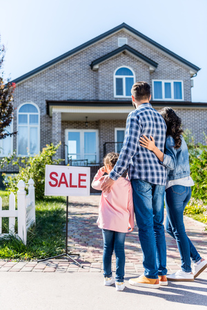 young beautiful family looking at house on sale Banque d'images - 102352188