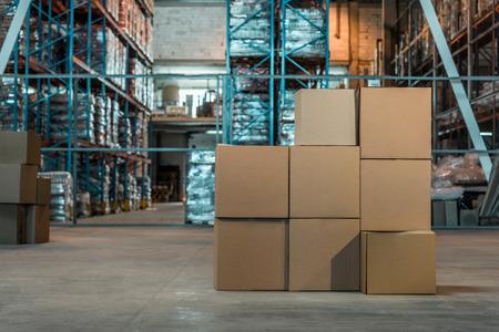 Cajas de cartón en el interior del almacén moderno.