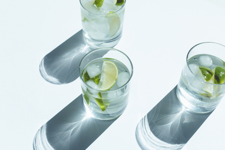 close-up view of Gin Tonic cocktail in glasses on white Stockfoto