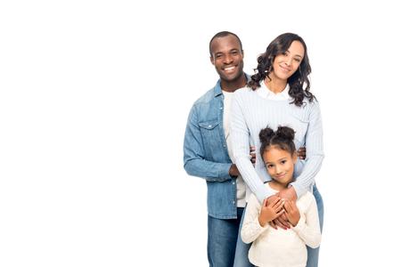 Belle famille afro-américaine heureuse souriant à la caméra isolée sur blanc