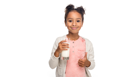 mignon, enfant américain africain, boire, lait, et, projection, pouce haut, isolé, blanc Banque d'images