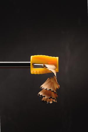 Cerca de virutas de lápiz de sacapuntas en negro