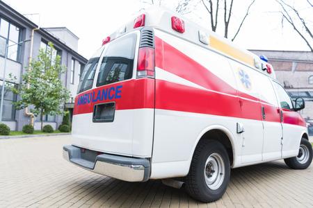Krankenwagen weißes und rotes Auto auf der Straße