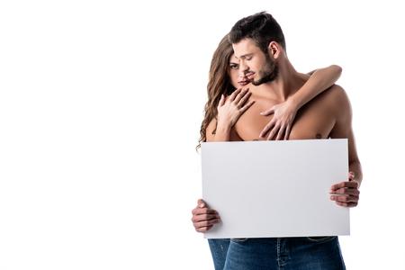 Jeune couple sensuel en jeans avec tableau blanc isolé sur blanc