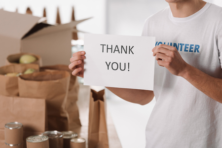 croped shot of volunteer with thank you placard in hands Standard-Bild - 104555961