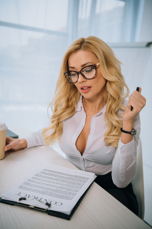 sexy businesswoman reading working contract 版權商用圖片