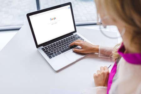 przycięty widok kobiety za pomocą laptopa z witryną google Publikacyjne