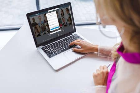 bijgesneden weergave van vrouw met laptop met linkedin-website
