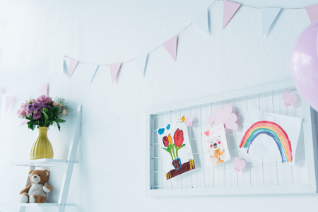decorated for birthday room with balloons and child paintings Stockfoto