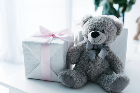 selective focus of teddy bear with gift boxes on table Stockfoto