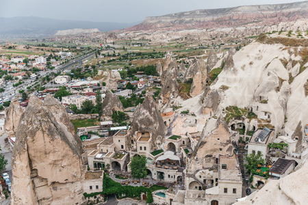 CAPPADOCIA, TURKEY - 09 MAY, 2018: aerial view of majestic rock formations and old houses in cappadocia, turkey 新聞圖片