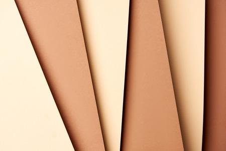 Patrón de hojas de papel superpuestas en tonos beige y marrón Foto de archivo