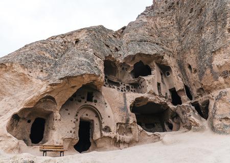Ángulo de visión baja de majestuosas cuevas de piedra caliza en la famosa Capadocia, Turquía