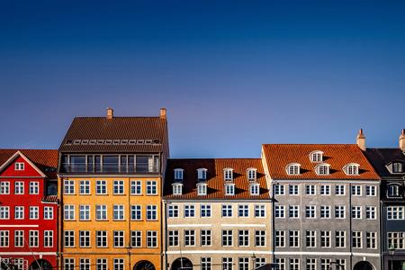 Belles maisons historiques contre le ciel bleu à la journée ensoleillée, Copenhague, Danemark Banque d'images