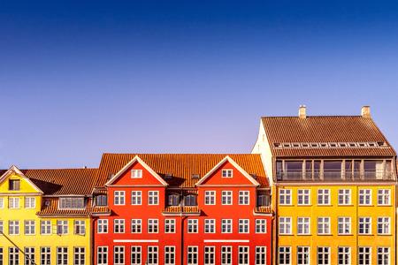 Belles maisons historiques colorées contre le ciel bleu à Copenhague, Danemark Banque d'images