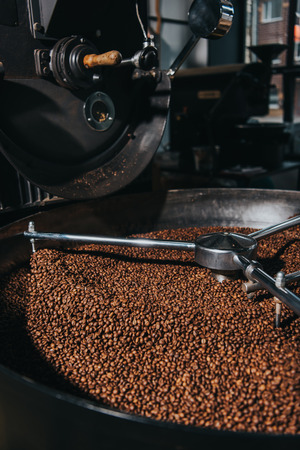 Roasting coffee beans in industrial coffee roaster Imagens - 105818886