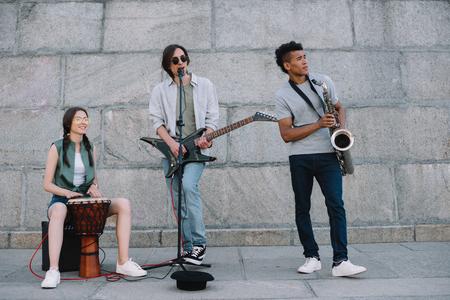Vielpunkt junge Leute, die in der Band auf der Straße auftreten Standard-Bild