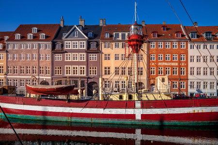 COPENHAGEN, DENMARK - MAY 6, 2018: boat moored near beautiful historical buildings in copenhagen, denmark Редакционное