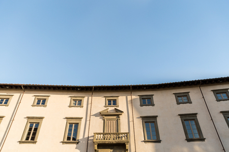 house in old city with blue sky, Pisa, Italy 스톡 콘텐츠