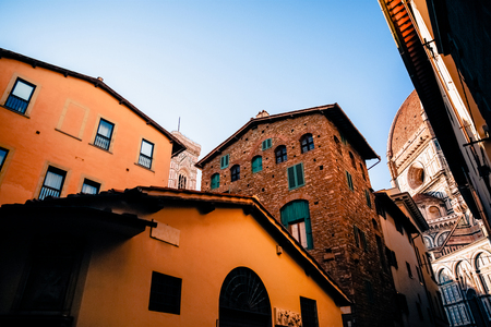 cozy narrow street with old historic buildings in florence, italy 版權商用圖片