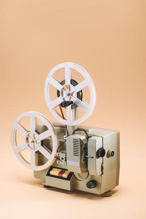 Vue rapprochée de l'ancien projecteur de film sur fond beige