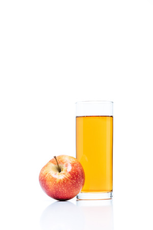 close up view of glass of apple juice and fresh apple isolated on white Standard-Bild
