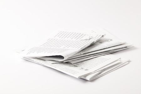mucchio di giornali in bianco e nero, isolato su bianco