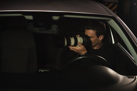 los inspectores que hacen la vigilancia por la cámara de su coche Foto de archivo