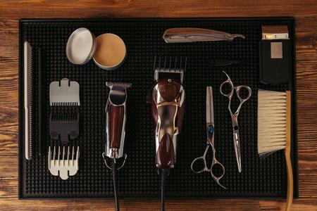 Draufsicht des Satzes verschiedener professioneller Friseurwerkzeuge im Friseursalon