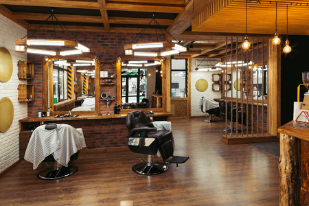 Moderne, stijlvolle lege kapperszaak interieur met spiegels Stockfoto - 106503980