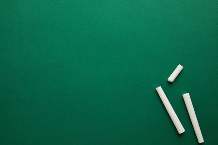 vista dall'alto di gessetti bianchi sulla lavagna verde Archivio Fotografico