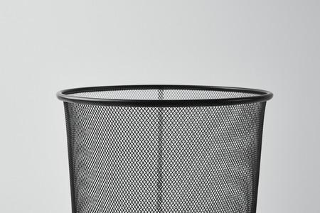 close-up shot van kantoor prullenbak geïsoleerd op wit
