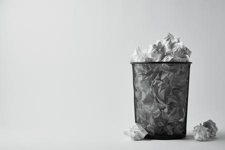 kantoor prullenbak met verfrommeld papier op een witte ondergrond Stockfoto