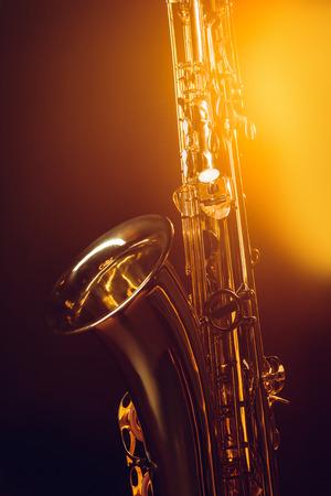 Vue rapprochée du saxophone professionnel brillant et projecteurs sur fond noir